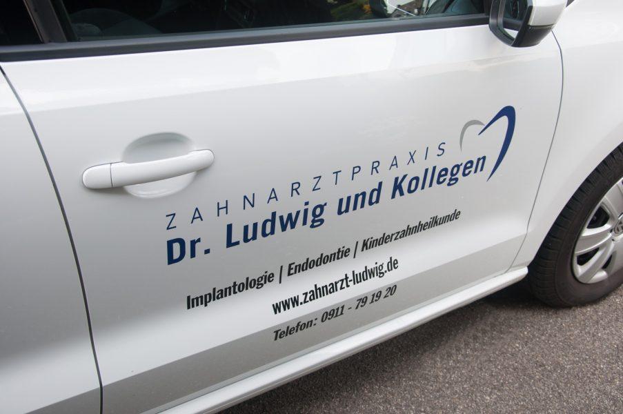 Fahrzeugbeklebung eines Weißen VW