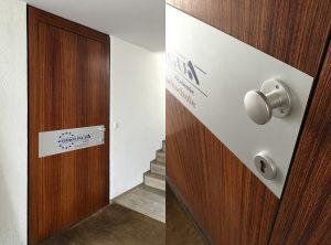 Beklebung eines Türschildes mit farbigem Logo