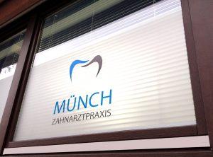 Logo auf Glasdekor an Fensterscheibe