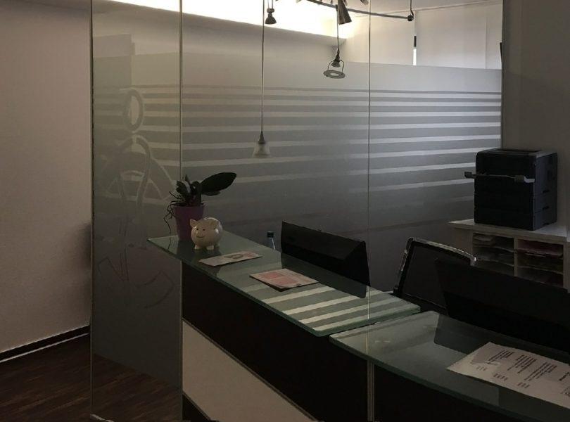 Glasdekorfolierung im Wartezimmer einer Arztpraxis
