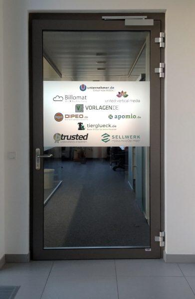 Farbige konturgeschnittene Logos auf Glasdekorfläche