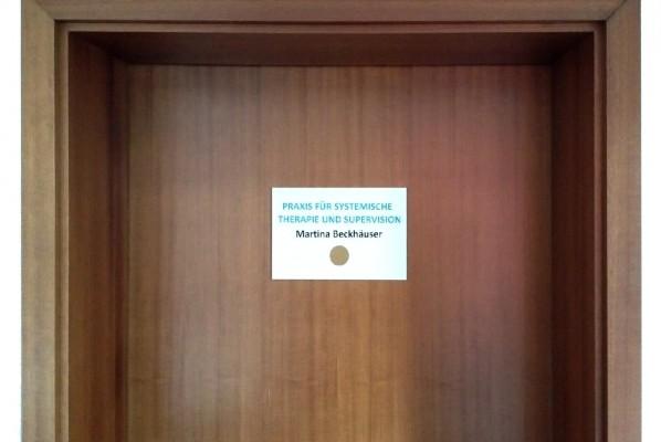 werbeagentur-focus-nuernberg-tuerschild-beckhaeuser-praxis