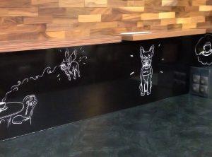 Illustrationen auf schwarze Wand foliert