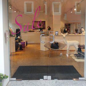 Sale-Aufkleber an der Eingangstüre aus Glas