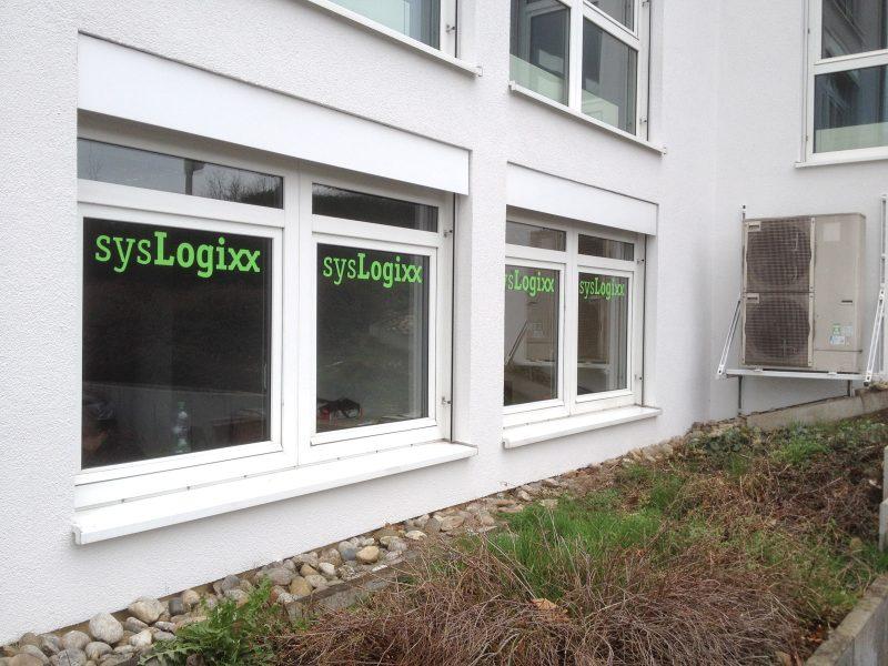 Folierung der Fensterscheiben mit grünem sysLogixx Logo