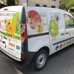 Gesamtansicht des Cateringfahrzeuges mit kindlichen Illustrationen und viel Farben