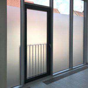 Sichtschutz-Folierung an großen Fensterscheiben von innen fotografiert