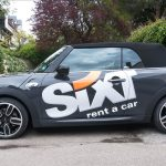 Großflächige Beklebung des Sixt Logos auf schwarzem Fahrzeug