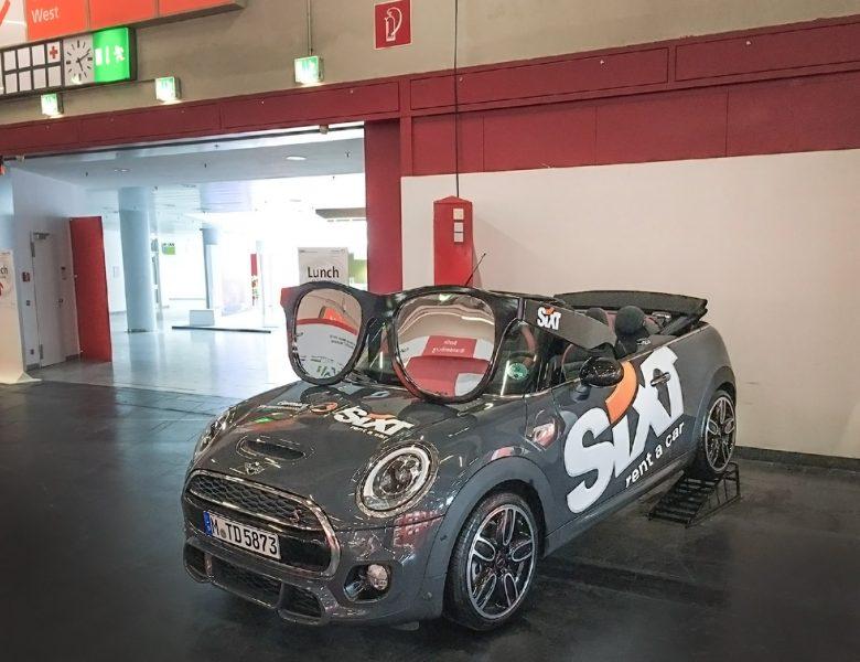 Großflächige Beklebung des Sixt Logos auf einem Ausstellungsfahrzeug