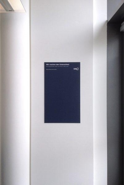 Bedruckte Forexplatte an weißer Wand montiert