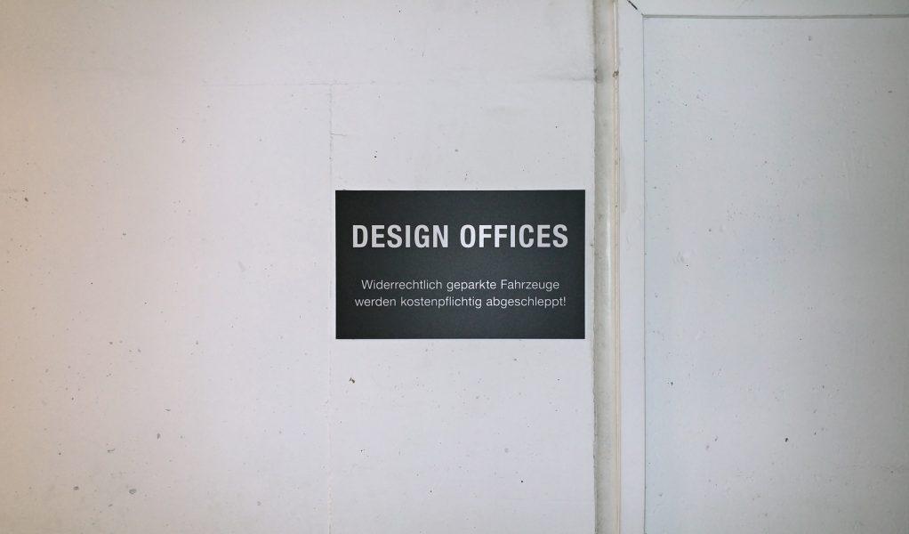 Montage von Schildern zur Parkplatzkennzeichnung in einem Parkhaus