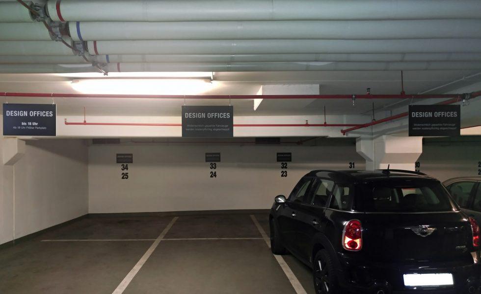 Anbringung von Schildern zur Parkplatzkennzeichnung in einem Parkhaus