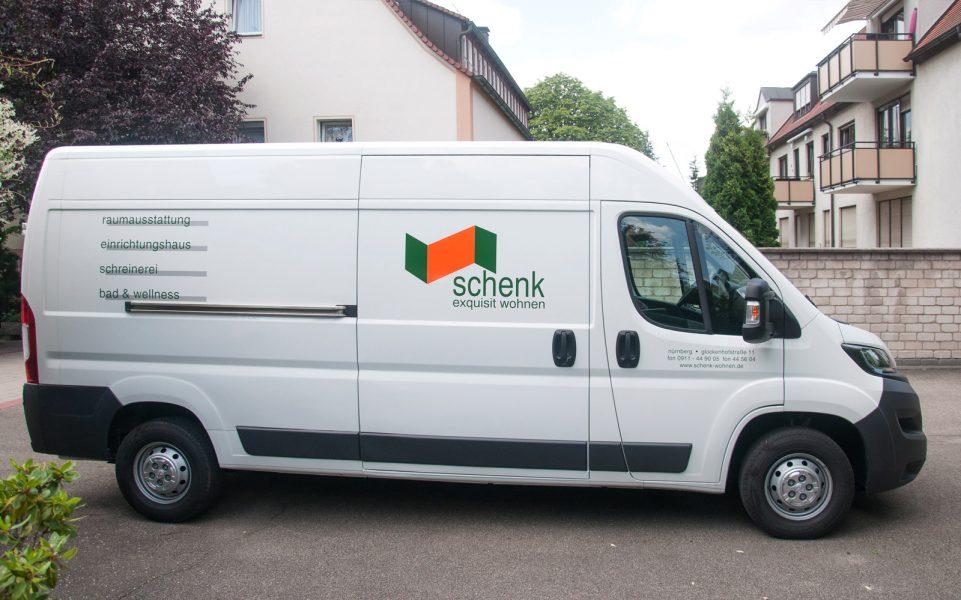 Seitenansicht des beklebten Fahrzeuges von Schenk