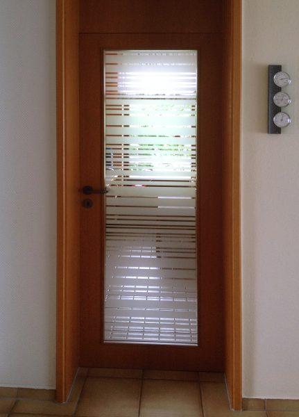 Holz furnierte Küchentüre mit Glasausschnitt der mit Sichtschutzstreifen beklebt wurde