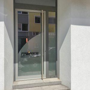 Dynamische Türbeklebung aus Glasdekor