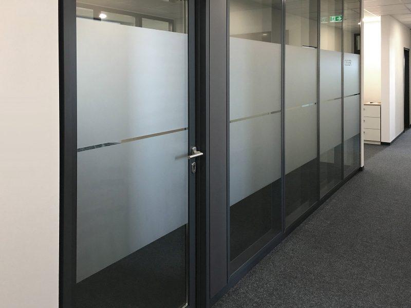 Sichtschutzbeklebung bestehend aus 2 Flächen Glasdekor pro Element