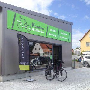 Montage einer Schilderreihe für die Klaußner Bike Box in Burgfarrnbach