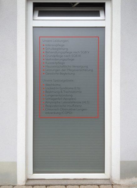 Aufzählung der Dienstleistungspunkte aus farbiger Folie auf einem Glasdekoruntergrund