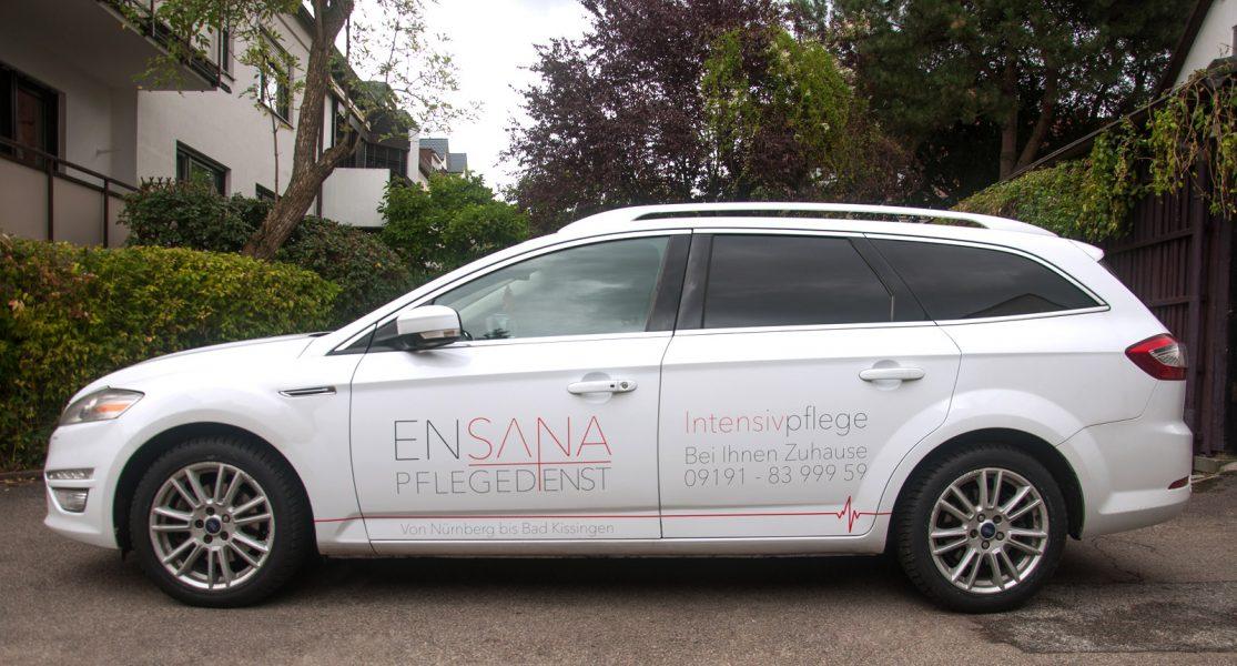 Seitenansicht des folierten Fahrzeuges des Ensana Pflegedienstes