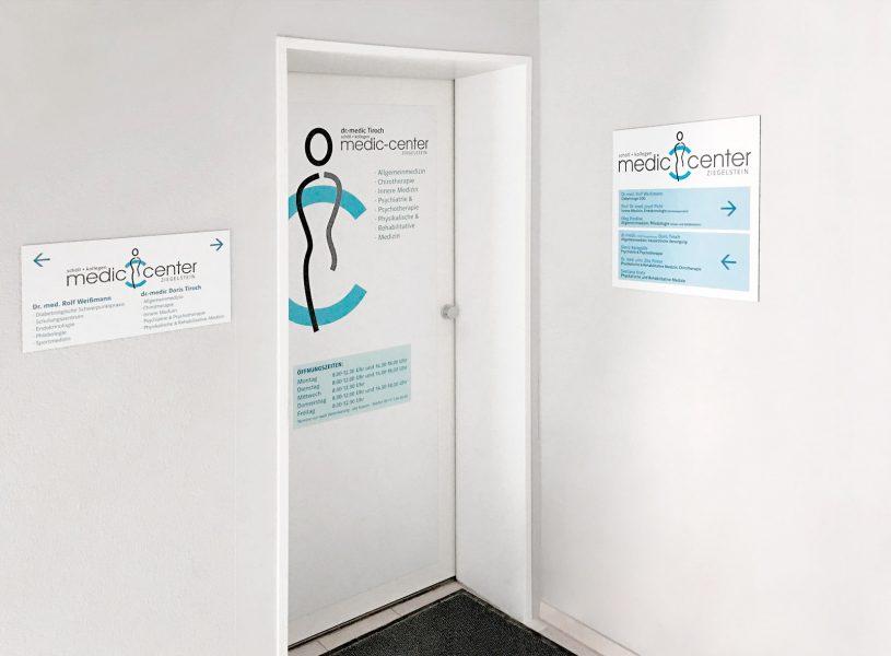 Moderne Folierung eines Medic Center Praxiseinganges