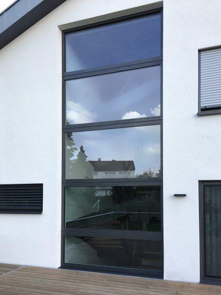 Anbringung von 5 großen Sonnenschutzfolien gegen die Wärme im Haus