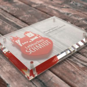 Acrylglasschild - welches mit dem Hauptsponsor Lebkuchen-Schmidt foliert wurde -mit abgeflachten Kanten für das Theater Pfütze