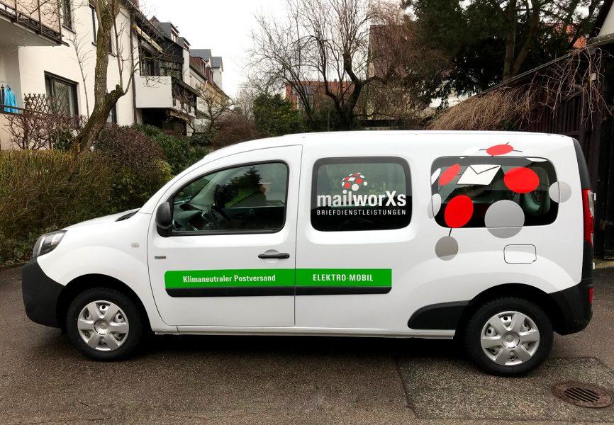 Seitenansicht des elektrischen Fahrzeuges für mailworXs, welches im CI Design der anderen Flottenfahrzeuge foliert wurde