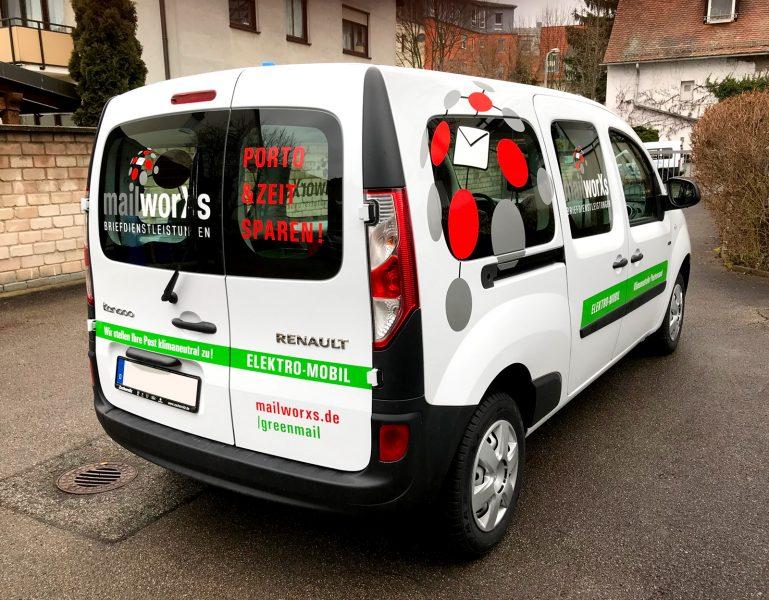Schrägansicht des elektrischen Fahrzeuges für mailworXs, welches im CI Design der anderen Flottenfahrzeuge foliert wurde