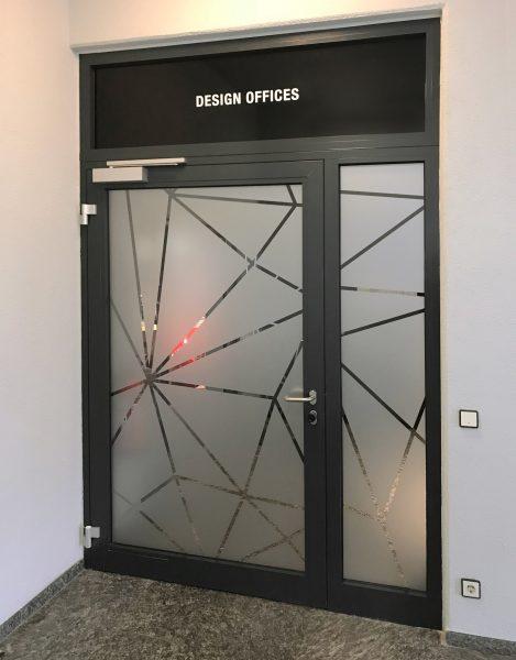 Folierte Türe bei Design Offices mit foliertem Oberlicht