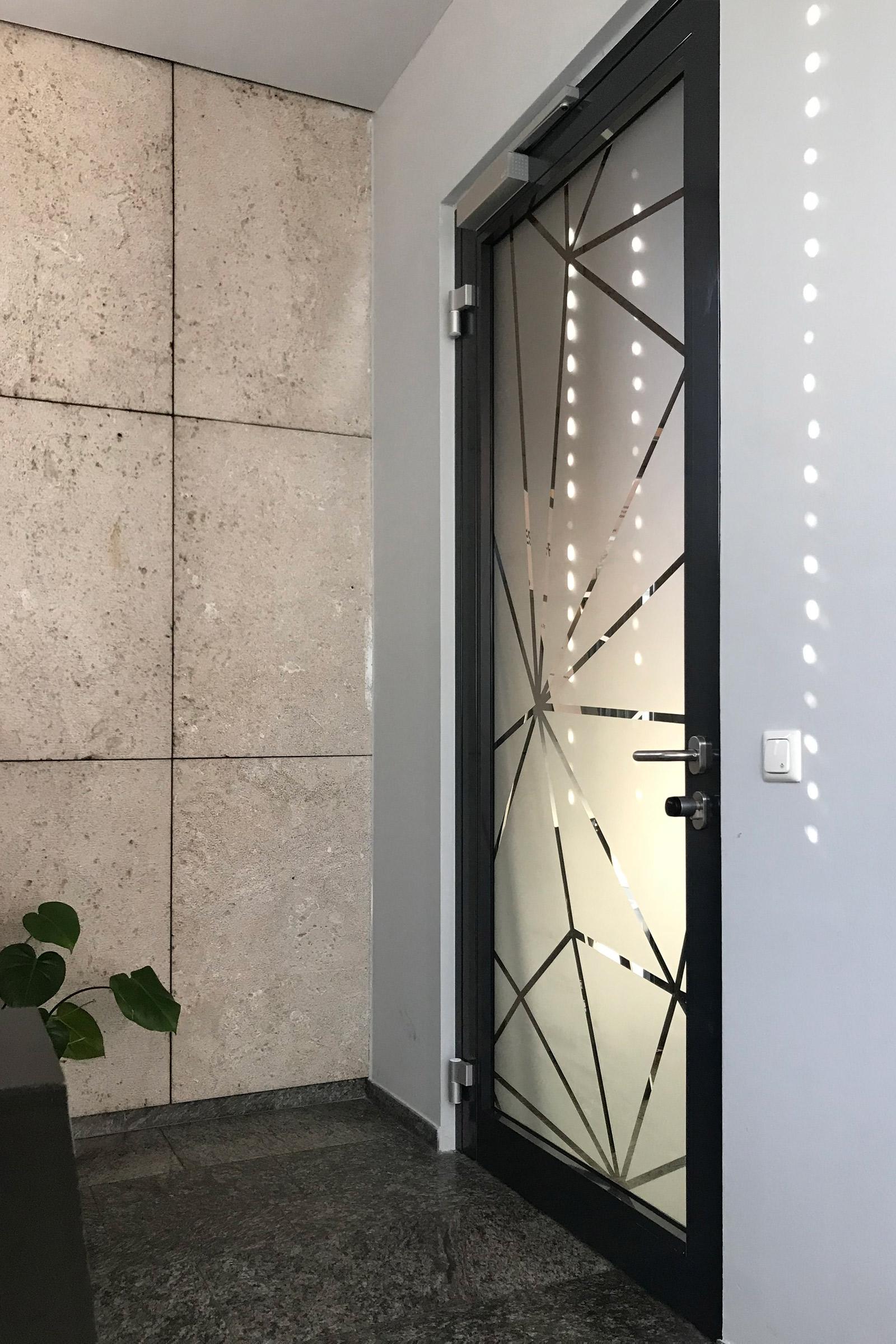 t ren und fensterbeklebungen design offices focus folienbeschriftung in n rnberg f rth. Black Bedroom Furniture Sets. Home Design Ideas
