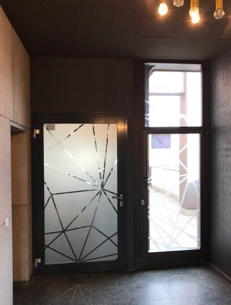 Negative und positive Netzgrafik an den Design Offices Türen