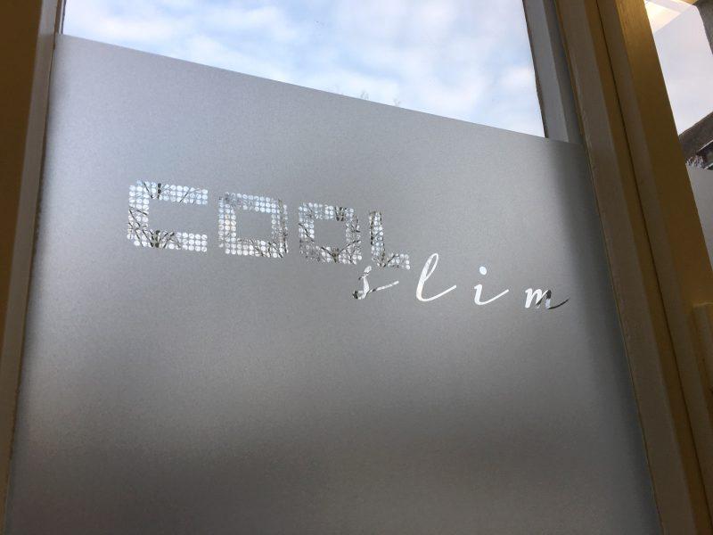 Fensterbeklebung aus Glasdekor mit negativ herausgeschnittenem Logo