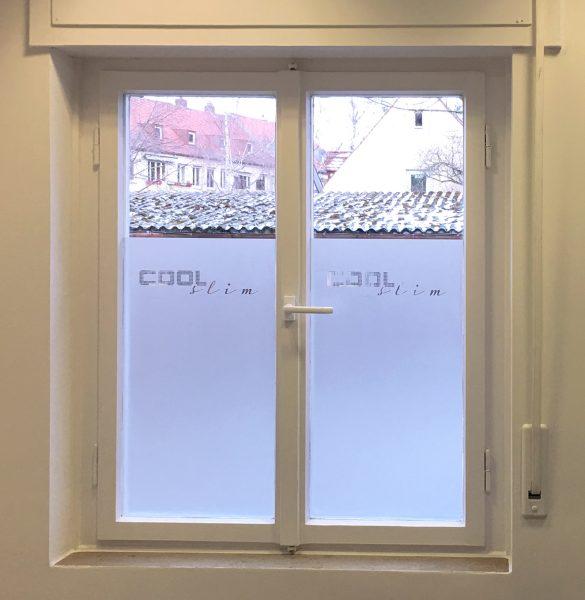 Beklebung zweier Fensterscheiben aus Glasdekor mit negativ herausgeschnittenem Logo