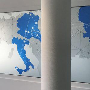 Fensterbeklebung mit bedrucktem Motiv einer vernetzten Weltkarte