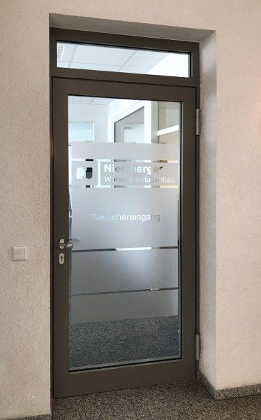 Folierung einer Glastüre mit Milchglasfolie und negativ herausgeschnittenem Logo