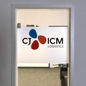 Glasdekorfläche als Sichtschutz mit farbigem Logo darauf