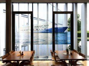 Folierung einer transluzenten Fensterbegrenzung mit Motiv eines Kreuzfahrtschiffes