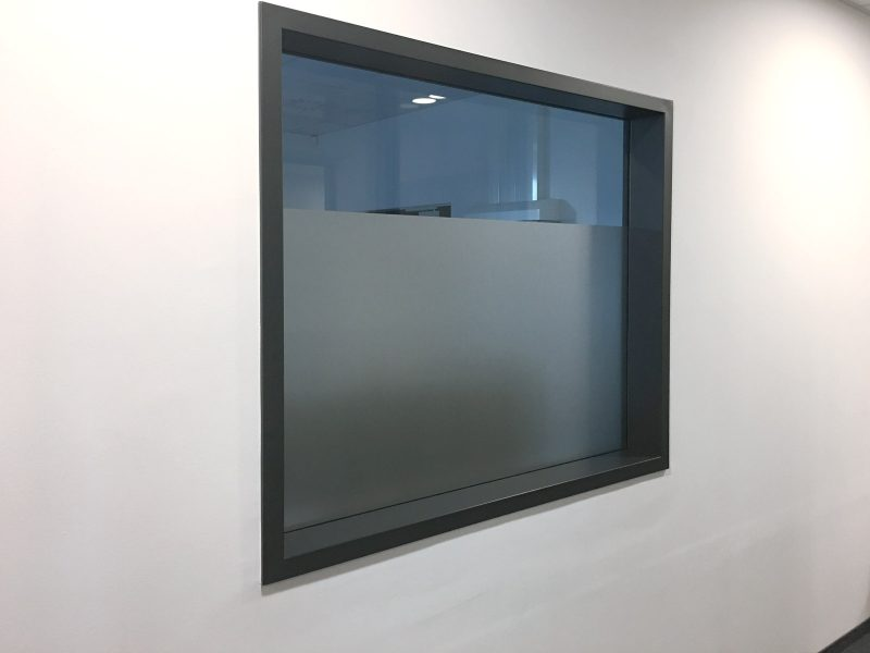 Fenster, welches zu 2/3 mit Glasdekorfolie foliert wurde