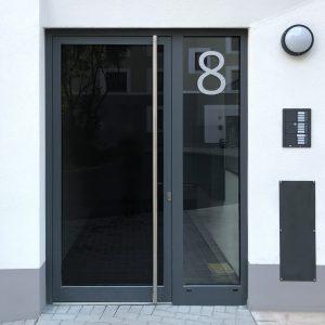 """Dezente """"8"""" als Große Hausnummer auf Glastüre"""