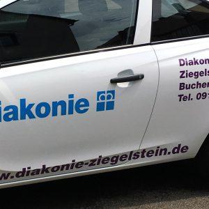 Nahaufnahme des Diakonie Fahrzeuges Ziegelstein