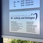 Auflistung aller Ärzte von Zahnarzt Dr. Ludwig und Kollegen auf einer Edelstahl Platte