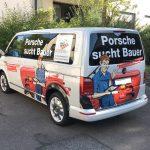 Schrägansicht eines folierten VW Busses mit großflächiger Werbung für ein Gewinnspiel