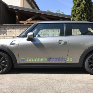 Seitenansicht eines silbernen Minis mit neuer Folienbeschriftung für Brunner und Schmidt