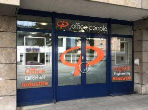 Folienbeschriftete Eingangstüre mit Schaufenstern von Office People