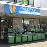 Großes Schild für das Schuhgeschäft Friedrich über dem Schaufenster des Ladens