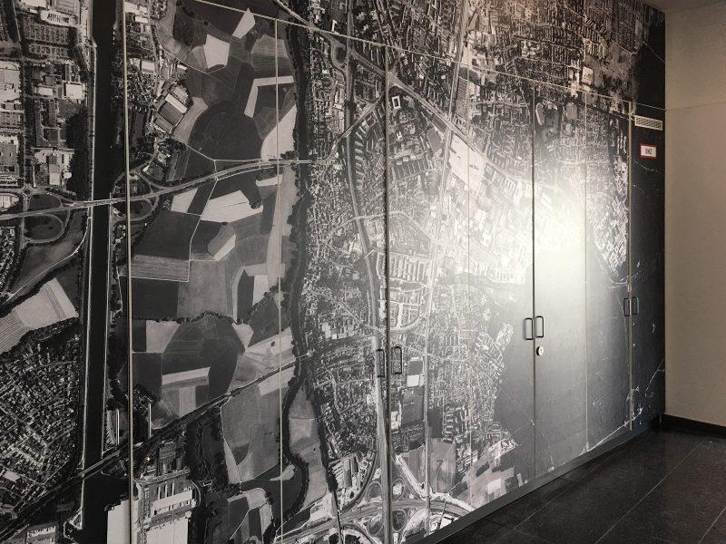 Folie mit bedrucktem Luftbild, dass vollflächig auf einem Einbauschrank foliert wurde