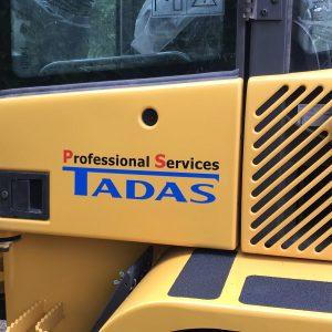 Baggerbeklebung für die Firma Tadas mit Logo