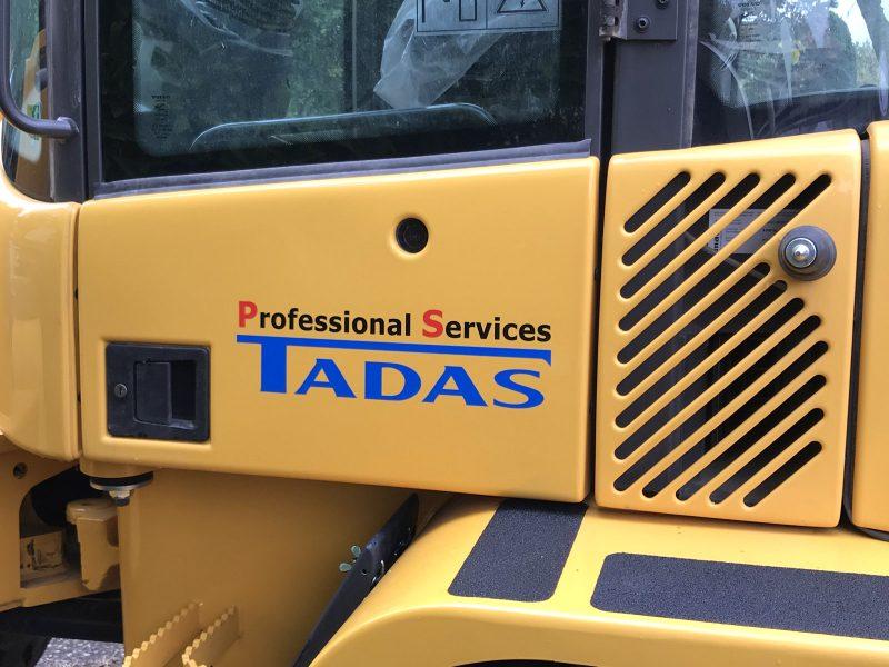Beklebungsarbeiten - Baggerbeklebung für die Firma Tadas mit Logo