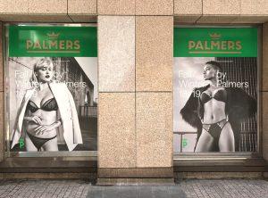 Zwei große Schaufenster mit vollfolierter Werbung für das Modehaus Palmers in Nünberg
