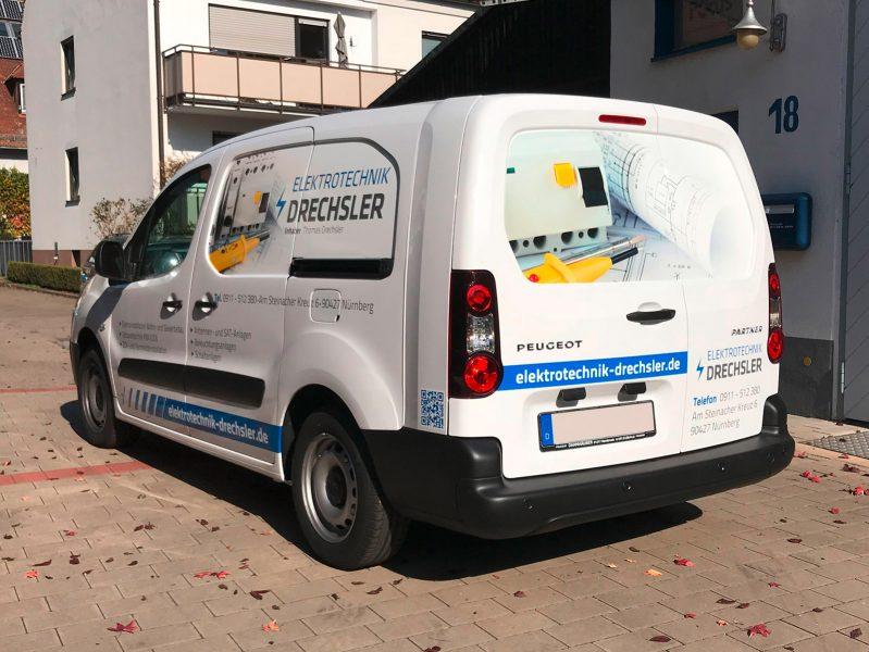 Schrägansicht eines folierten Fahrzeuges für die Flotte der Firma Elektrotechnik Drechsler